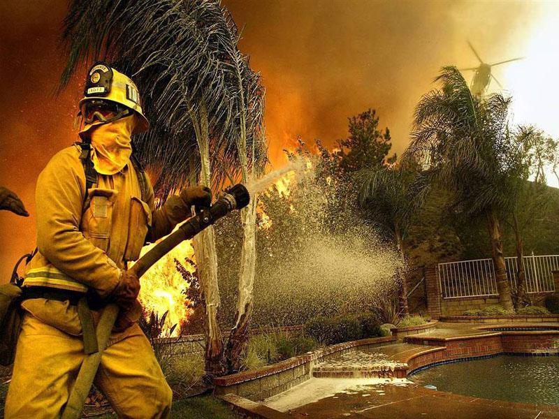 Калифорния, осень 2007 года. Огонь подбирается к особняку